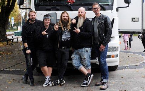 Diesel Gorilla poserer foran lastebil-scenen. Fra v: Benjamin Bråthen, Sara Gjeterud, Eirik Barsleth, Frode Fevang og Lars Erik Madsen