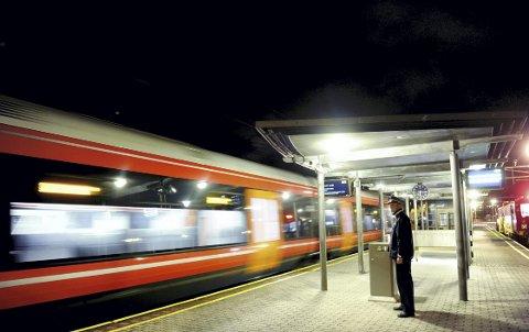 Fakta sier: at byer som har fått jernbanestasjon i sentrum opplever økte aktiviteter, mer liv, færre biler.