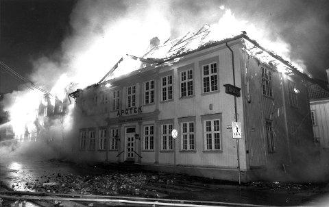 LYS LUE: På Vestsiden i Kongsberg ble Apotekgården og biblioteket offer for pyromanen fra Sandefjord, som jobbet i Larvik.