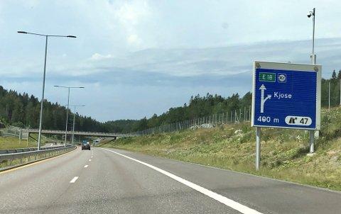 IKKE SKILTET: Her i Sky-krysset på E18 ved Larvik er det ikke skiltet at Kjose-avkjøringen er omkjøringsvei til larvik, Stavern og Helgeroa.