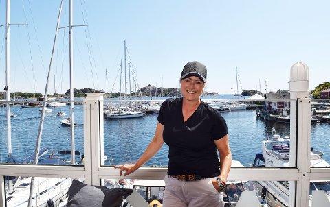 RÅKJØRING: Inger Kristine Grønvold er havnevert i Stavern gjestehavn, og hun gir beskjed til alle foreldre om å snakke med ungdommen om sjøfartsreglene.