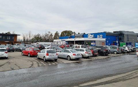 FULL PARKERINGSPLASS: Coop Norges kommunikasjonsdirektør sier at Obs-butikken på Fokserød har vakter som sørger for at kundene overholder smitteverntiltakene, og selv har begrenset maksantallet kunder fra 275 til 250.
