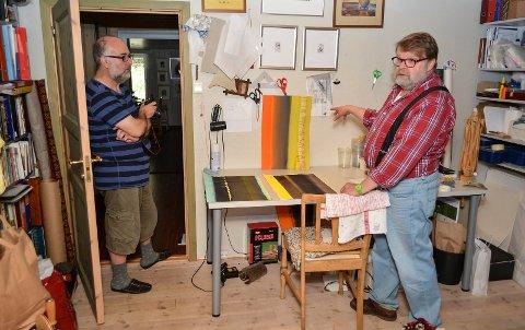 PÅ FLYTTEFOT: Robert Khoury (til venstre) og Trond Einar Solberg Indsetviken tar Natthagen med seg til småbruket i Julussdalen.