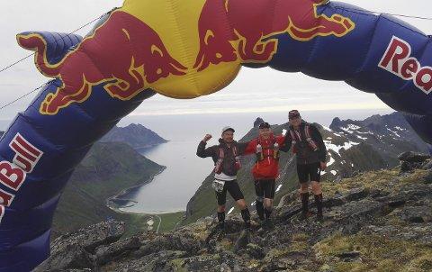 FORNØYD HARDHAUSER: Her er slitet over for Ole Henrik Enger (til venstre), Magnus Enger og Morten Aleksander Enger. De endte på en imponerende tredjeplass etter 122 kilometer i knalltøffe løyper på Senja i Troms.