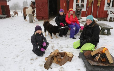 UTELIV:  Fra venstre Ingeborg Pedersen, Tuva Kirkelund Pedersen og Signe Wingeng Bjervamoen var de første ungene på plass da Maria Heimdahl åpnet sin private SFO igjen. Hesten er Fagri fra Korsmo, hundene  Clara og Ida, sistnevnte på bordet.  Uteliv er hva det handler om på SFO´en.