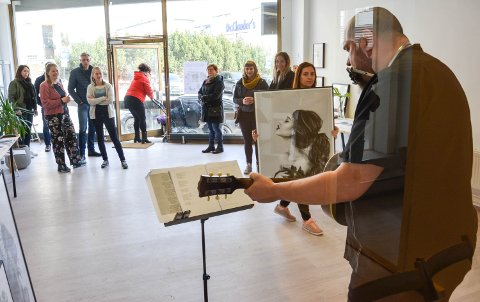 GODT BESØKT: Linn Wold og seks andre illustratører solgte kunst lørdag. Morten Wærhaug sang og spilte.