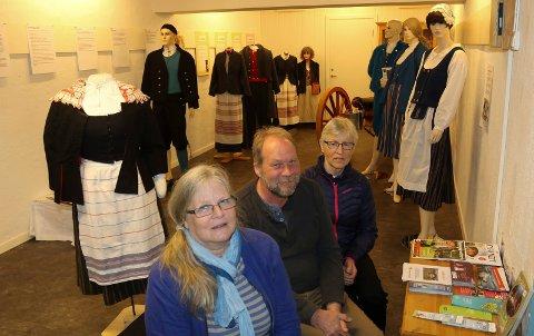 SUKSESS: Astrid Schjellungen, foran,  har fått en mulighet til å komme seg tilbake i arbeidslivet takket være  Våler Vekst ved attføringsansvarlig Helen Knutsen og Skogfinsk Museum ved Dag Raaberg.
