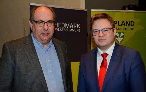 FÅR STØTTE: Fylkesrådsleder Per-Gunnar Sveen (Ap), til venstre, i Hedmark og fylkesordfører Even Aleksander Hagen (Ap) i Oppland ønsker at Hedmark og Oppland skal fortsette som egne fylker. Flertallet i befolkningen er enig. (Foto: Bjørn-Frode Løvlund)