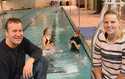 INVITERER: Leder i svømmeklubben, Kjetil Aandstad, og Mona Ingebretsen i jubleumskomiteen inviterer til jubileum i bassenget.