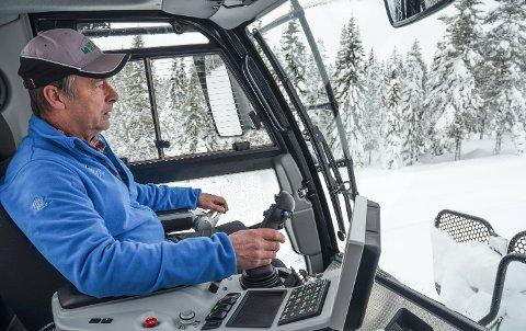 ER KLAR: Terje Nilssen har hatt løypemaskina klar lenge, og nå er det snø nok til at planen er å kjøre opp spor til helga.