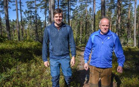 SKOGSKARER: Håvard Dufseth (35) er ny skogvokter i Løiten Almenning. Arve Smestad (69) blir pensjonist etter fire tiår i jobben.