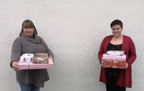 GIR HJELP: Leder, Linn Lie Bekken, til høyre, og nestleder Jeanette Kristiansen, i «Med hjerte for Solør» jubler over gaven fra Grue Sparebank. Det betyr mat på bordet og gaver under juletreet for mange familier i Solør-kommunene.