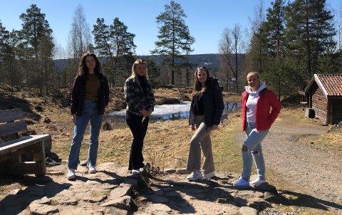 KLARE FOR FEIRING: Selma Sandsdalen Mytting (til venstre), Martine Hepsø Isaksen, Maren Søyland og Amalie Meyer ser fram til de kommende ukene som russ i Elverum. Russedåpen vil, i tradisjon tro, bli holdt på festningen.