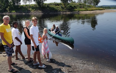 TOPP: Her er mamma Gina Thoresen Faraas, bak i kanoen, på en prøvetur med Kjersti Aagaard fra BUA. På land venter fra venstre Erik Aagaard fra BUA, søskenbarnet Precious og søsknene Seline, Kevin og Malin på tur.
