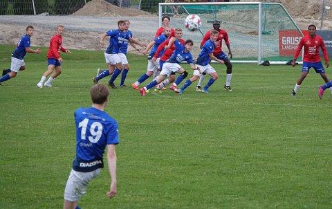 BALLEN ER LØS: Nå er grasrotfotballen i gang. Kampen om ballen og poengene startet med blant andre kampen Kjellmyra- Rena.