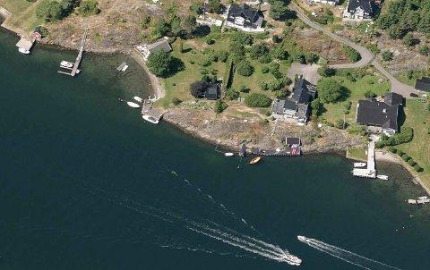 Det er eiendommen lengst til høyre som nå er til salgs i et område med mange flotte steder i Årøysund.