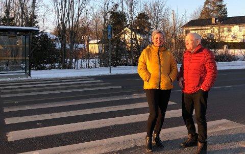 Inger Johanne og Thomas Huste står her ved fotgjengerfeltet som de synes er ganske så skummelt i mørket.