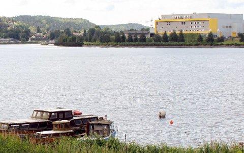 Gunneklevfjorden er stengt i begge ender i forbindelse med lensearbeid etter Yara-brann.
