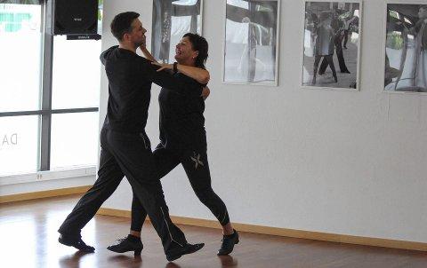 STUDIO DANS: Trine Haltvik og Glenn Jørgen Sandaker trener på Studio Dans midt i Porsgrunn fra mandag til onsdag. Resten av uka er de i Oslo. – Her har vi funnet roen og vi får trent godt, sier duoen.