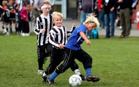 SETT I GANG: Barnefotballen bør rulles i gang igjen snarest.