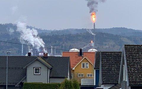 FAKLING: Utover dagen vil folk kunne oppleve en del røyk og fakling fra Ineos Rafnes. Her sett fra Herøya.