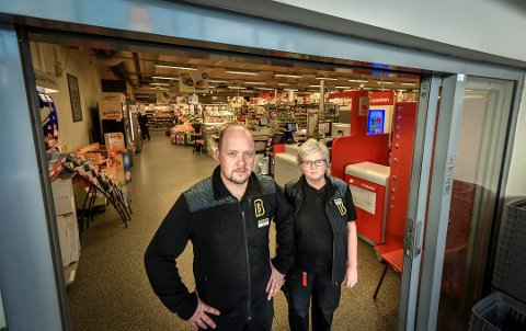 Bunnpris Båsmoen: Kjøpmann Trond Berg og hovedtillitsvalgt Tove Valla trodde kommunen skulle flytte de som skapte uro ved butikken, men det har ikke skjedd.