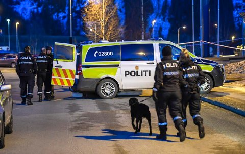 BOMBEAKSJON: Funnet av en mistenkelig ryggsekk førte til en stor politiaksjon ved Moheia Idrettspark.