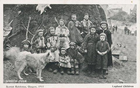 Historien: Tre samefamilier fra Karasjok reiste i 1911 til en utstilling i Skottland. Postkortet med alle de samiske barna fastslår at disse samene kommer fra Nordpolen.
