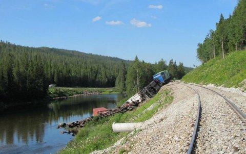 To vogner veltet og ble liggende i skråningen ved sporet, mens en vogn og en container havnet i elva Namsen.