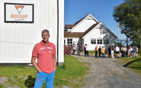 Wim Kok driver Basecamp Helgeland i Sørfjorden i Rødøy. Foruten å være vertskap for elever fra Rana som skal på leirskole, arrangerer han nå hinderløpet Helgelands Råeste.