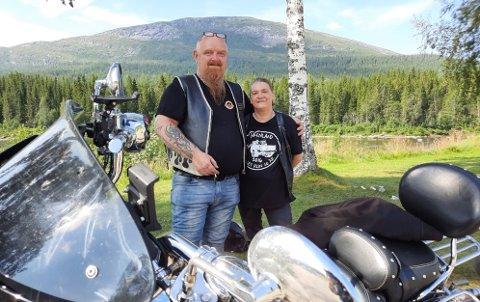 Kjell Nilsen og May Britt Andersen fra Porsgrund har overnattet i telt på Svenningdal Camping. Nå bærer det videre sørover etter at de har vært lenger nordover.  Hver sommer tilbringer de tre uker på sykkel.