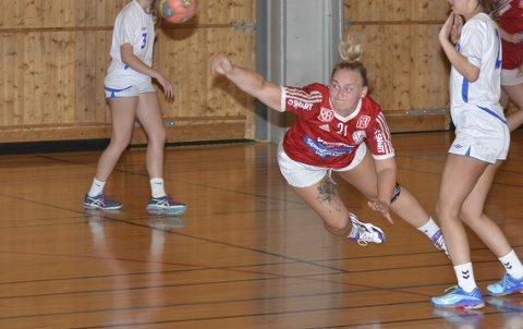 Fløy AV GÅRDE: Thea Martinsen og Veldre kjempet seg til triumf i lokaloppgjøret mot Moelven.Foto: Petter Sand