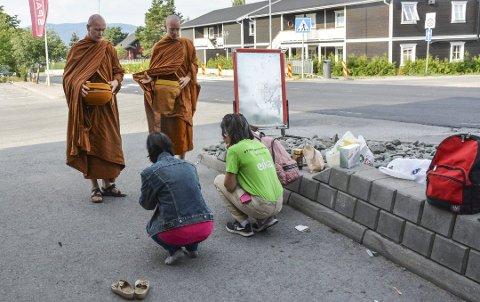VIL ETABLERE KLOSTER: Den buddhistiske foreningen Bodhibhumivana buddhistsamfunn vil etablere kloster i Ringsaker. Her fra en tidligere anledninge da munker var i Brumunddal.