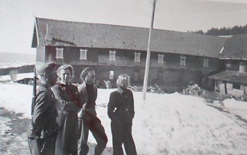 SÆTHER: Bildet viser en tysk soldat (t.v.) sammen med tre kvinner på Sæther gard. Kvinnen helt til høyre, er Margit Sæther. I denne artikkelen får du historien bak bildet. Kun noen dager før bildet ble tatt, hadde andre tyske soldater henrettet Margits mann, svigerfar og svoger.