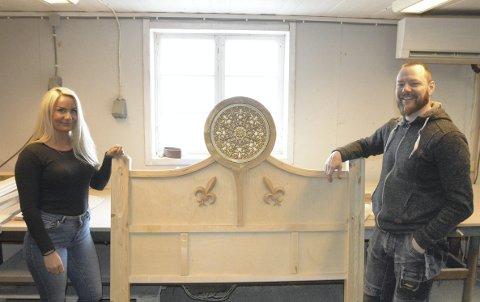 NYTT FIRMA: Da Design D måtte slås konkurs så en helt utbrent Jan Ove Bjørnseth for seg å gjøre noe helt annet, men Bente Kolbuholen fikk overbevist sin gamle sjef om å fortsette med det ha er god på, nemlig møbelsnekring. Sammen har de nå startet Mjøsa Møbel på Frøberg gård.