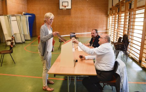 VALGLOKALE: Toyni Kristiansen fra Åsa avga sin stemme til Svein Kristiansen på Kirkeskolen ved et tidligere valg. Nå legges dette valglokalet ned. Johan Skogheim i bakgrunnen.