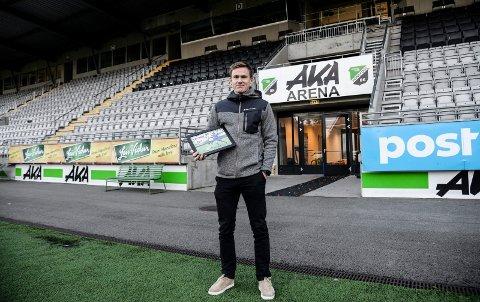 LITT STOLT: Håkon Langdalen poserer med det synlige beviset på at han er kåret til årets spiller i 2017 av Ringerikes Blad.