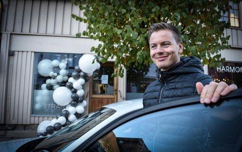 SATSER: Sivert Dybvikstrand fra Sokna har etablert kjøreskole midt i Kongsberg sentrum, i Storgata.
