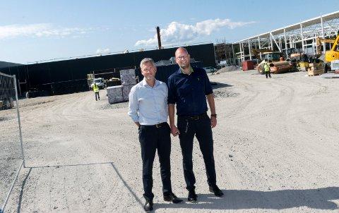 TIL HVERVENMOEN: Neste år skal Elkjøp til Hvervenmoen. Daglig leder Geir Røed (til venstre) og varehussjef Geir Thoresen er klare.