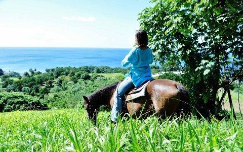 SÅRBARE FOR MILJØENDRINGER: Den eventyrlystne Stina Herberg, her på hesteryggen på st. Vincent, er bekymret for utviklingen av den globale oppvarmingen som kan ødelegge øystatene i Karibien.