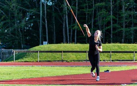 KAN KJEMPE OM GULL: Malene Storøygard (15) skal være med i både spyd og kulekast i UM på Jessheim denne helga. I spyd er hun blant favorittene. Du kan se UM direkte her på RA Sporten!
