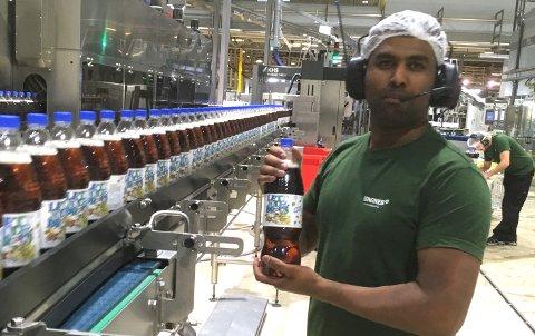 FULL FART: Produksjonsarbeider Krishnakumar Krishanthen og de andre hos Ringnes på Gjelleråsen srøger for å få 10 millioner liter julebrus ut på markedet. (Foto: Ringnes)