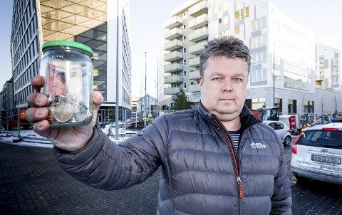 IRRITERT: Stein Gjertsen fortviler over bankenes vilje til å veksle mynter. Foto: Tom Gustavsen