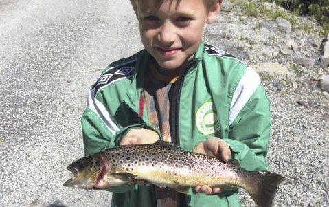 Fin fangst: Tobias Kristiansen stakk en tur til Rælingen og fikk en flott ørret i Myrdammen. Foto: Privat