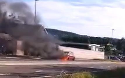 BILBRANN: Da denne bilen begynte å brenne, reagerte nødetatene raskt. Det mener i hvert fall Dag Brekke.