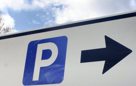 – Burde ventet: Betalingsparkering på de kommunale parkeringsplassene rulles ut i disse dager. Vi mener kommunedirektøren burde ventet til etter pandemien med å gjennomføre dette, skriver innsenderne. Illustrasjonsfoto: NtB