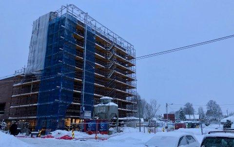 BYGGING: Spikkestad kirke- og kultursenter under bygging. Den ble 14 millioner kroner dyrere enn planlagt.