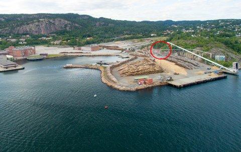 KNAUSEN: Området med rød ring viser cirka hvor fjellknausen skal sprenges.