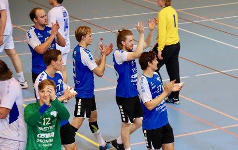 TAKK: ROS-spillerne takker publikum for støtten etter fortjent seier mot Bødø 2 søndag.