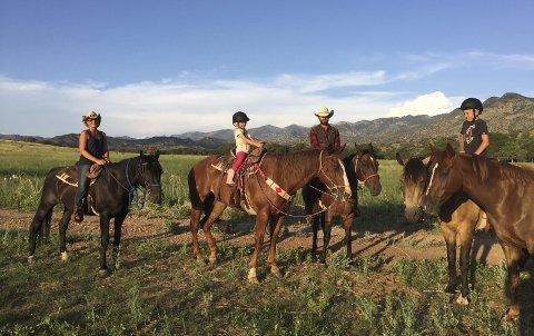 1. Ranch: Ramilien Weberg har kjøpt seg ranch i Arizona. 2. Turister: På ranchen finnes kveg og hester, men turister er en like stor del av inntektsgrunnlaget til ranchen. 3. Natur: Solnedgang i Arizona. 4. Skole: De måndene familien bor her får barna hjemmeundervisning. alle foto: privat